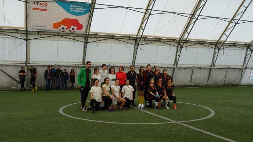 с другият отбор преди началото на мача на стадиона