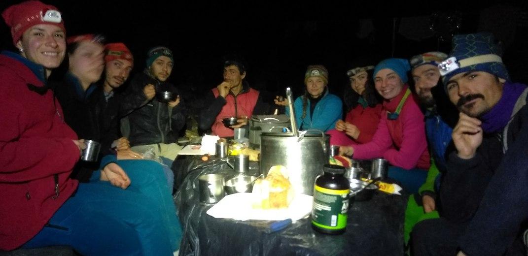 Отборът яде на масата в лагер 2