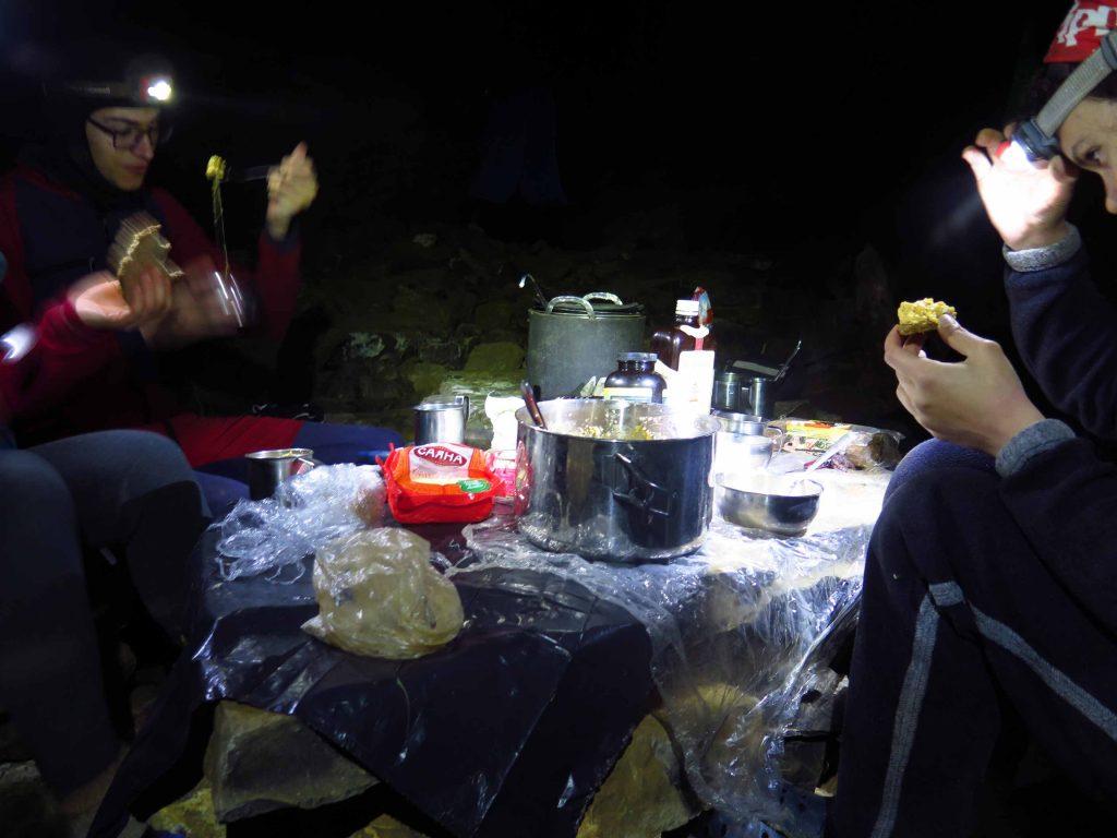 на масата в лагер 2